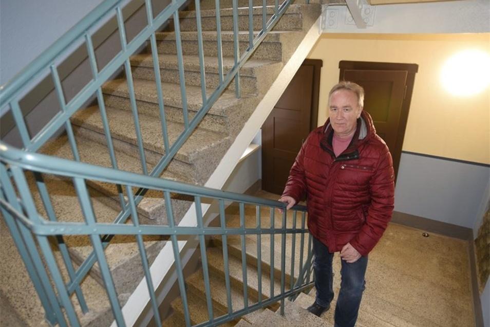 Wobau-Chef Ullrich Wustmann im Treppenhaus, das die originale Farbgebung aus der Bauzeit des Hauses 1927 erhielt.