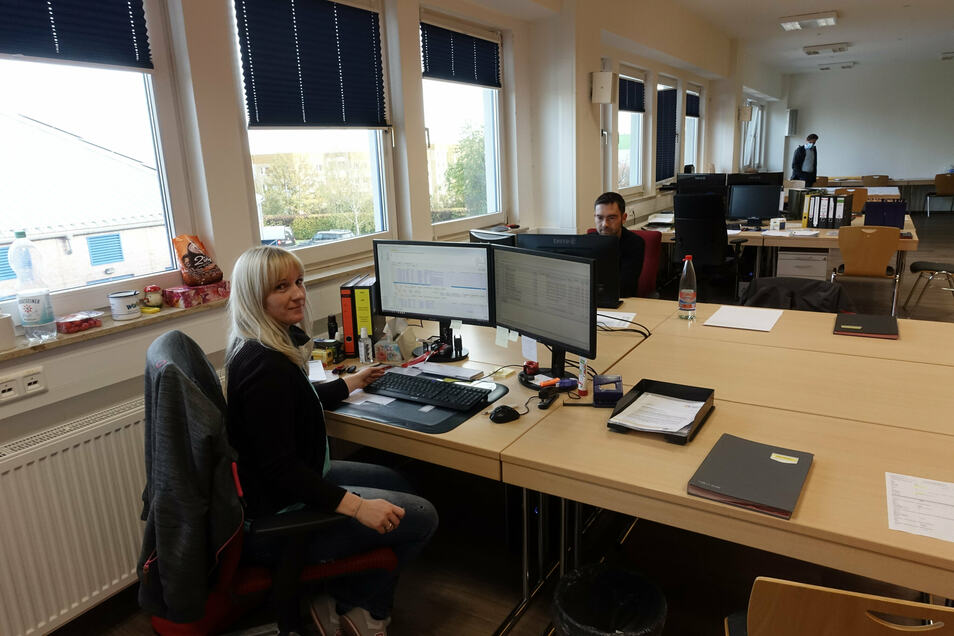 Sachbearbeiterin Franziska Müller und ihr Kollege Jens Rechenberger, zuständig für die EDV, arbeiten mit anderen Mitarbeitern der Stadtwerke jetzt im Versammlungsraum in Döbeln Nord.