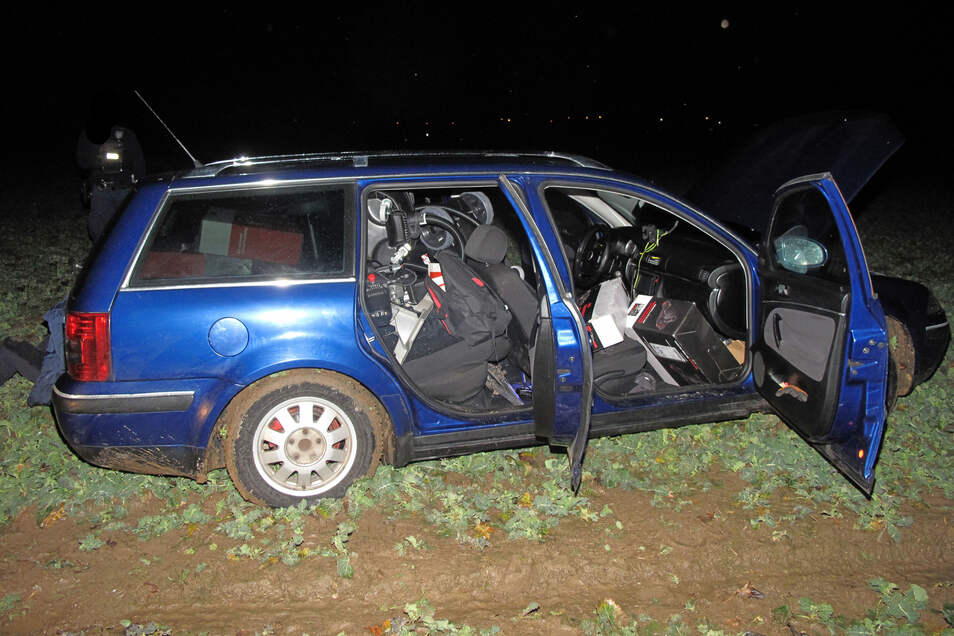 Nach einer kurzen Verfolgungsjagd erwischten die Beamten die drei Halunken mit ihrem Fahrzeug.