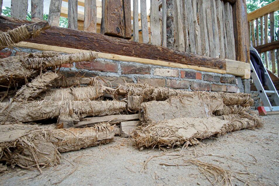 Sogar den alten Lehm verwenden die Retter des Scharfrichterhauses erneut. Die mit Langstroh umwickelten Staken werden horizontal in die Gefache eingebracht.