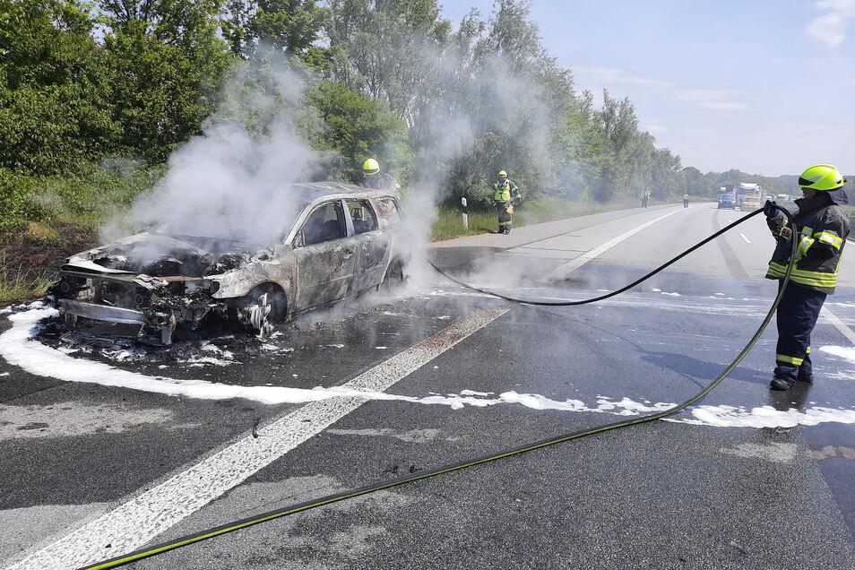 Auf der A 4 in Richtung Dresden ist am Dienstagvormittag zwischen den Anschlussstellen Uhyst und Burkau ein Auto ausgebrannt.