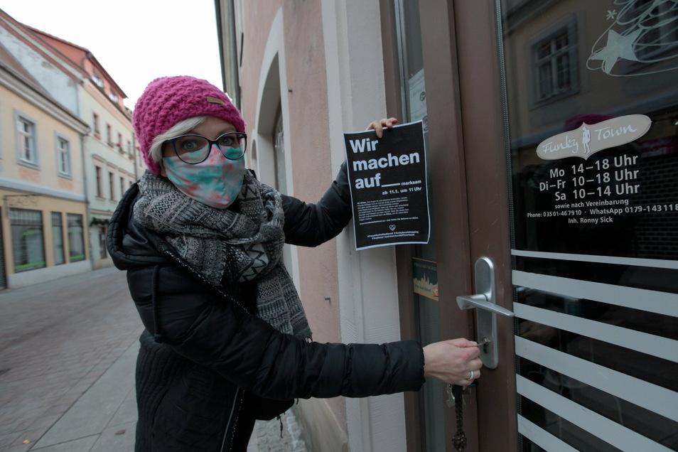 """Anja Sick vor ihrem Laden Funky Town in der Pirnaer Innenstadt. """"Wieder öffnen dürfen oder eine angemessene Entschädigung."""""""