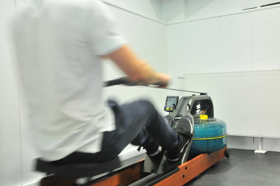 Betätigung am Rudergerät: Der Ausdauerbereich bietet Rudergeräte, Fahrräder und Crosstrainer.