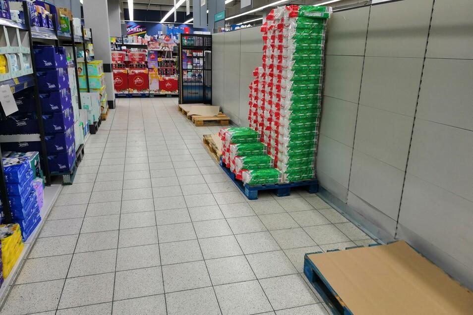 Im Kaufland in Weinhübel waren die Plätze vom Toilettenpapier am Sonnabend ziemlich leergekauft.