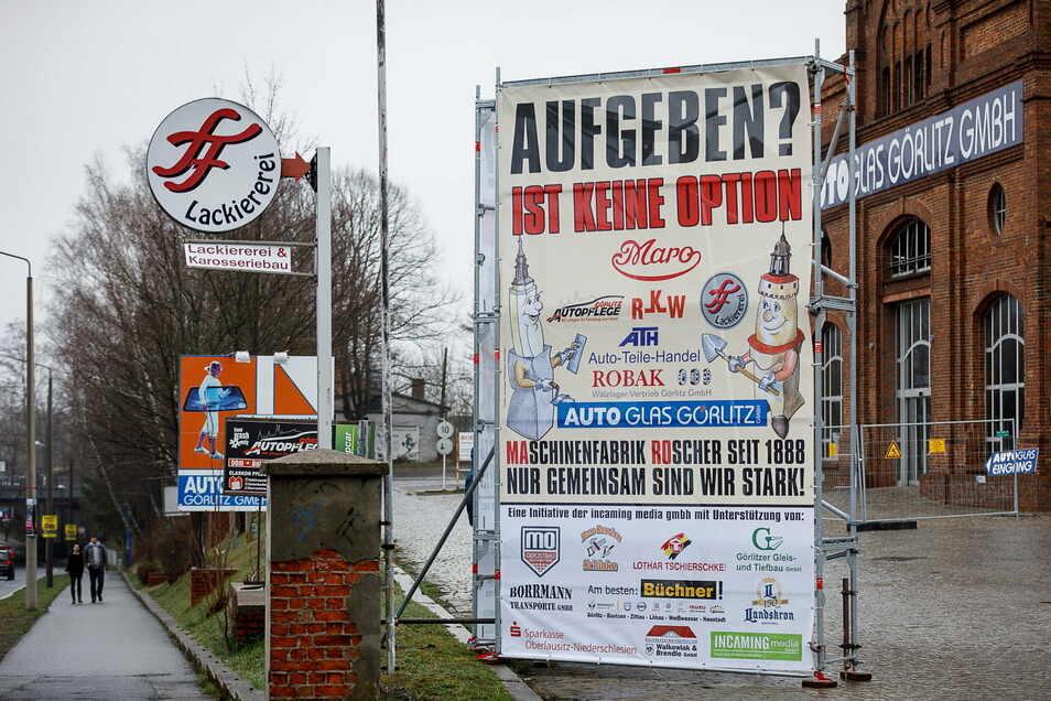 Das Schild wurde damals am Roscher-Gebäude in Görlitz nach dem Großbrand aufgestellt. Die Frage nach dem Aufgeben stellt sich aber wohl auch jetzt mancher Firma.