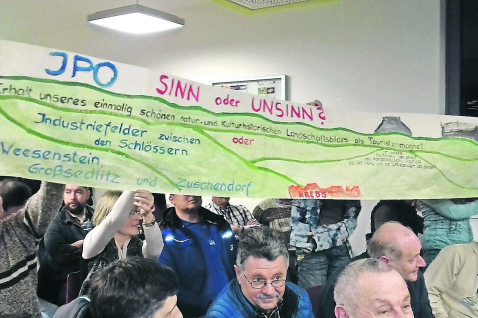 Mit diesem Plakat äußerten einige Teilnehmer der Versammlung ihre Kritik am Industriepark.