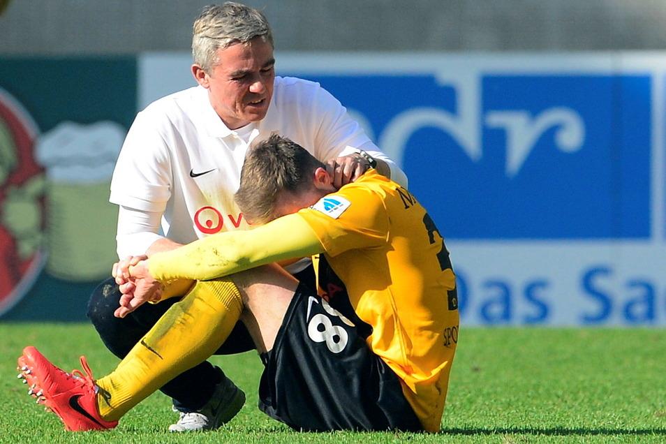 Nach der Niederlage gegen Arminia Bielefeld und dem Abstieg im Mai 2014 tröstete Olaf Janßen den damals noch jungen Tobias Müller. Nach dem Spiel verließ der Trainer Dresden.