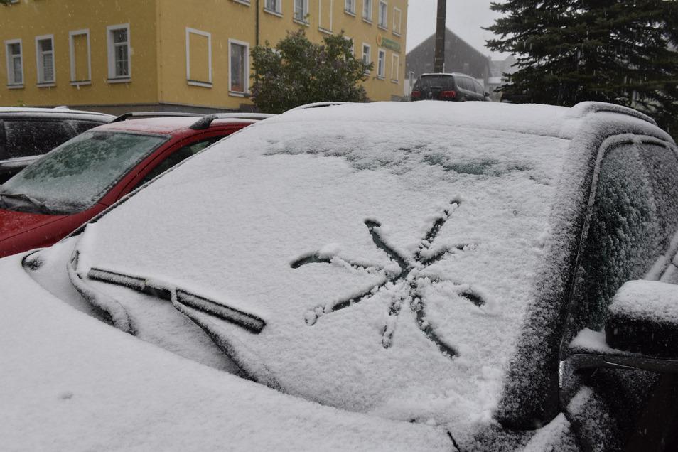 Neuschnee – und das am 11. Mai. Eine verrückte Zeit, nicht nur wegen der Corona-Pandemie. Am Montagabend schneite es im Osterzgebirge.