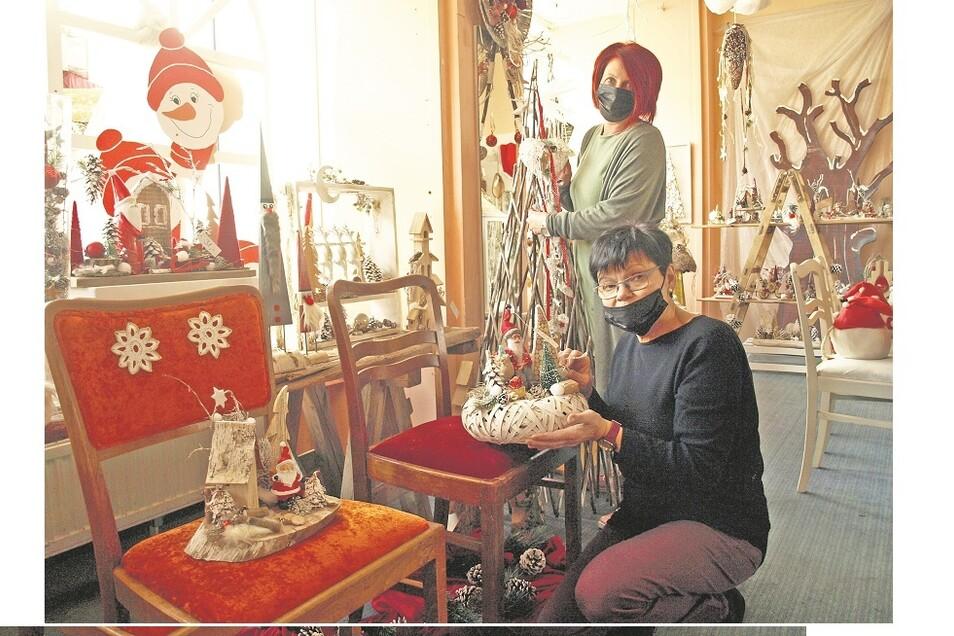 """Schaufenster und Verkaufsraum des """"Weihnachtsladens"""", in dem Margit Bensch und Diana Heinschker (hi.) verkaufen, zeigen sich als Hingucker."""