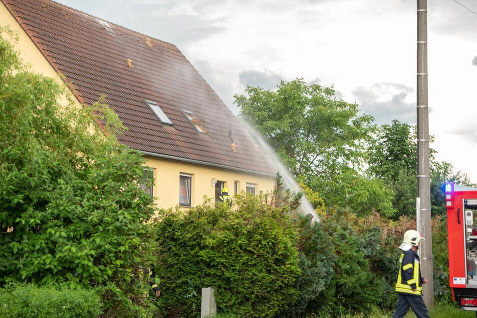 Ein Blitz war am Sonnabend in dieses Wohnhaus in der Neundorfer Straße in Dittersbach auf dem Eigen eingeschlagen.