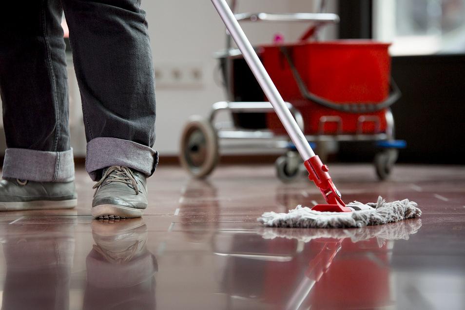 Vor allem in der Reinigungsbranche werden oft nur befristete Jobs vergeben. In schwierigen Zeiten wie der aktuellen Corona-Krise müssen die betroffenen Mitarbeiter als ersten gehen.