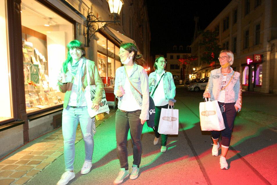 Mit gefüllten Einkaufstaschen bzw. Beuteln, einem Drink in der Hand bummelten diese Frauen aus Pirna und Possendorf auf der Jacobäerstraße in Pirna.