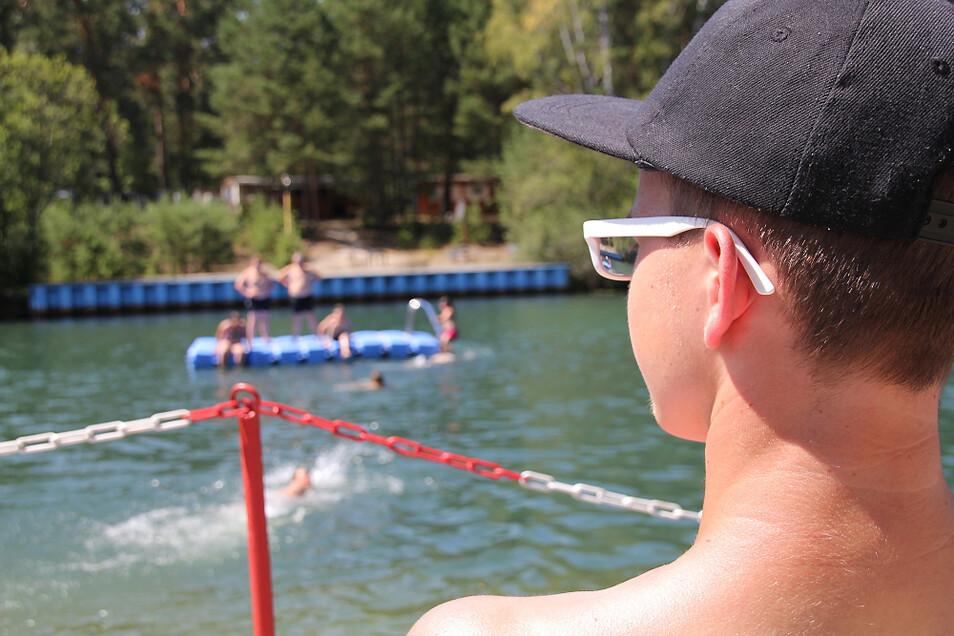 Rettungsschwimmer werden auch in diesem Jahr wieder die Badegäste im Bernsdorfer Waldbad im Auge behalten – unter der Regie der DRK-Wasserwacht.