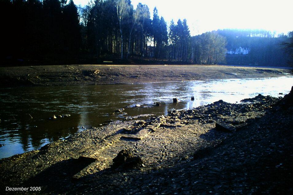 Im Flussbett sind noch Fundamente der Mühle zu finden.