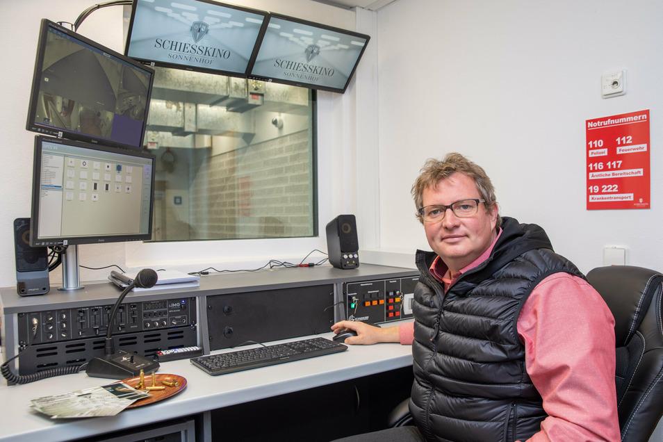 Im Schießleiterbüro demonstriert Markus Weinert, Chef des Sonnenhofes Ossig, die technischen Möglichkeiten des neuen Schießkinos.