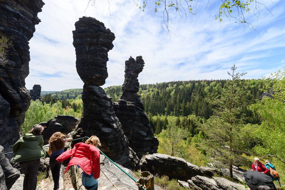 Wanderer sind im Bielatal in der Sächsischen Schweiz rund um die Herkulessäulen unterwegs.