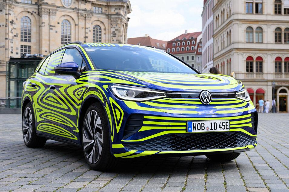 Ein VW ID.4 steht im Juli bei der Fahrzeugpräsentation von Volkswagen auf dem Neumarkt vor der Frauenkirche. Der VW ID.4 ist der erste rein elektrisch angetriebene SUV von Volkswagen und wird in Zwickau gebaut.