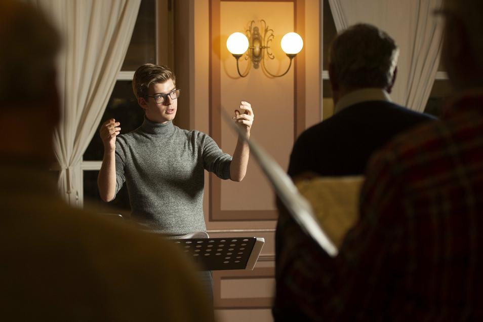 Der neue Chorleiter Hannes Rauschelbach probt mit den Männern des Liederkranzes 1844 im Festsaal des Hotels Goldener Anker. Der Raum bietet reichlich Platz, um beim Singen den derzeit geforderten Abstand zu halten.