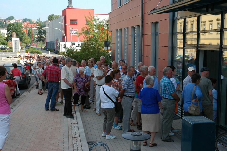 Mehr als 200 Döbelner haben im Jahr 2013 vor der neu eröffneten Augenarztpraxis an der Muldenstraße in Döbeln auf einen Termin gewartet. Jetzt werden wieder neue Patienten aufgenommen. Termine gibt es aber nur am Telefon.