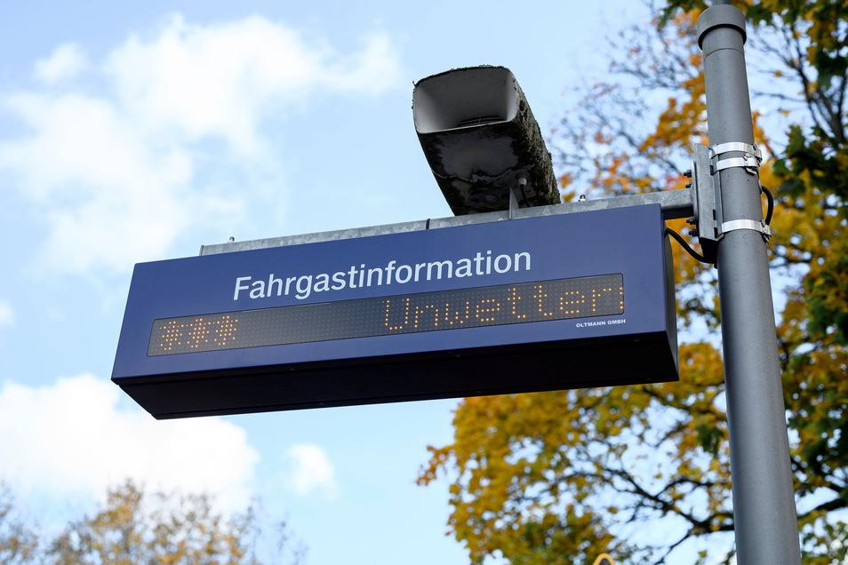 Eine Fahrgastinformation der Bahn zeigt an, dass wegen Unwetters ein Zug ausfällt.