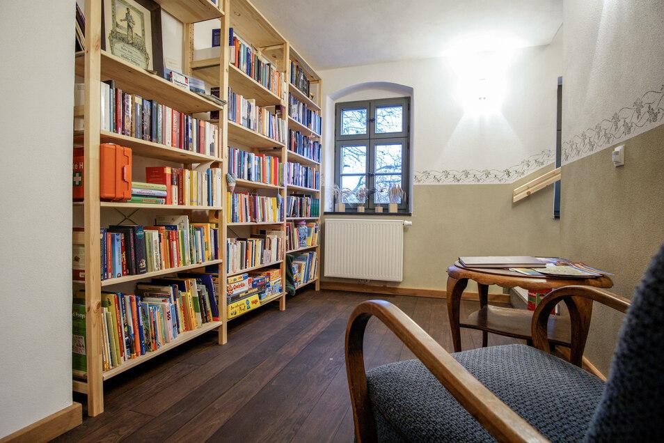 Die kleine Bibliothek steht allen Gästen zur Verfügung. Hier dürfen Bücher getauscht und Spiele ausgeborgt werden.