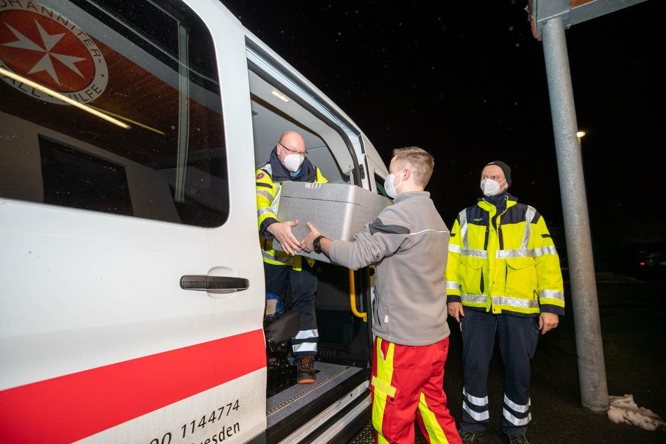 Mit Kühlbehältern transportieren André Schwitalle, Jonas Schubert und Mathias Kramer (v.l.) den Corona-Impfstoff. Die drei gehören zum mobilen Impfteam im Landkreis.