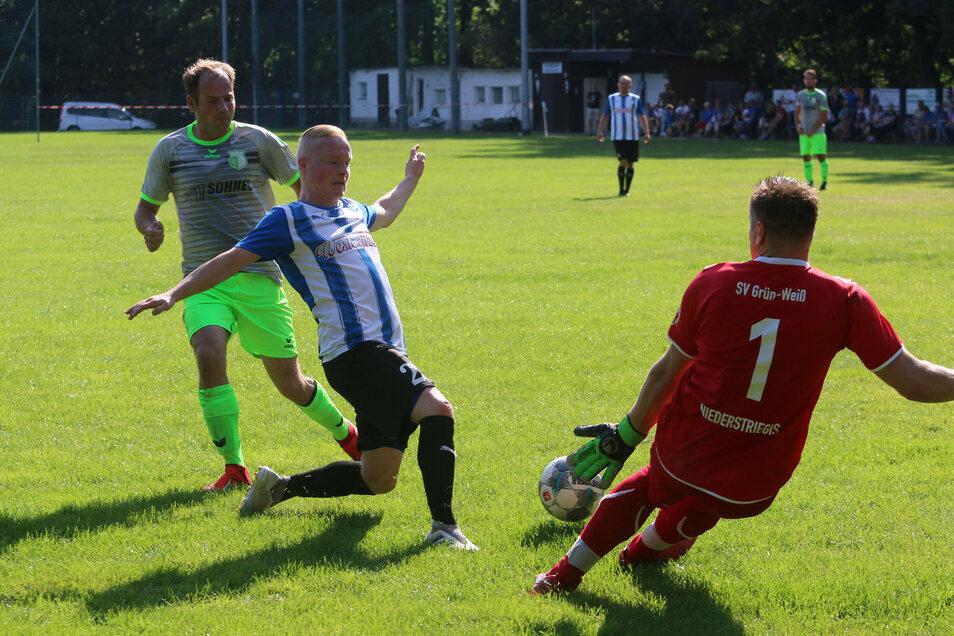 Der Hochweitzschener Sebastian Kaulich scheitert am Niederstriegiser Torhüter René Giese. Dessen Mitspieler Lars Iltzsche (links) muss nicht mehr eingreifen.