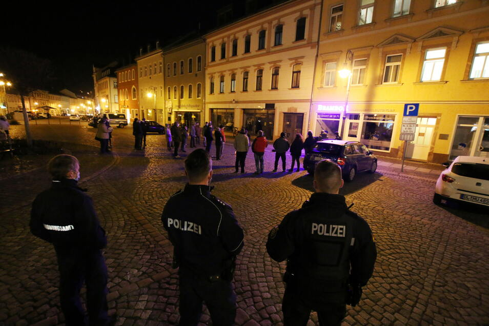 Zu einer Kundgebung hatte René Michael Röder am Montagabend auf den Waldheimer Markt eingeladen. Die Veranstaltung wurde von Beamten der Polizei beobachtet.