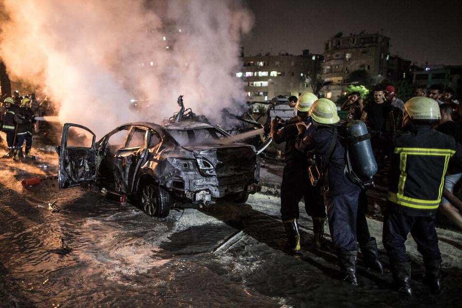 Feuerwehrmänner löschen in der Nacht auf Montag ein Feuer nach der Explosion in der Nähe des Krebsforschungsinstituts in Kairo.