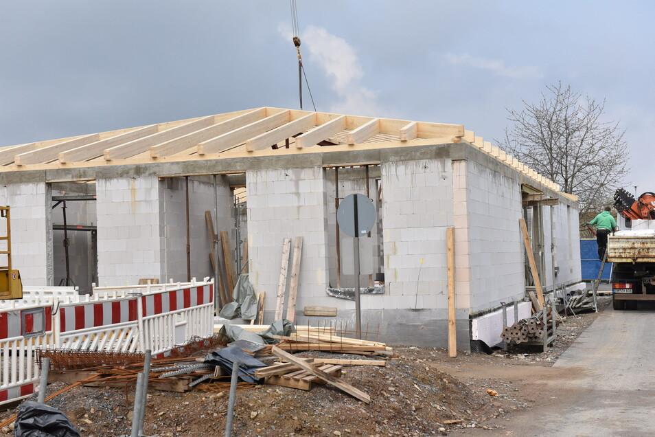 Die letzten Dachbalken kommen jetzt auf den Anbau an die geschützte Werkstatt der Arbeiterwohlfahrt im Gewerbegebiet Dippoldiswalde-Reinholdshain.
