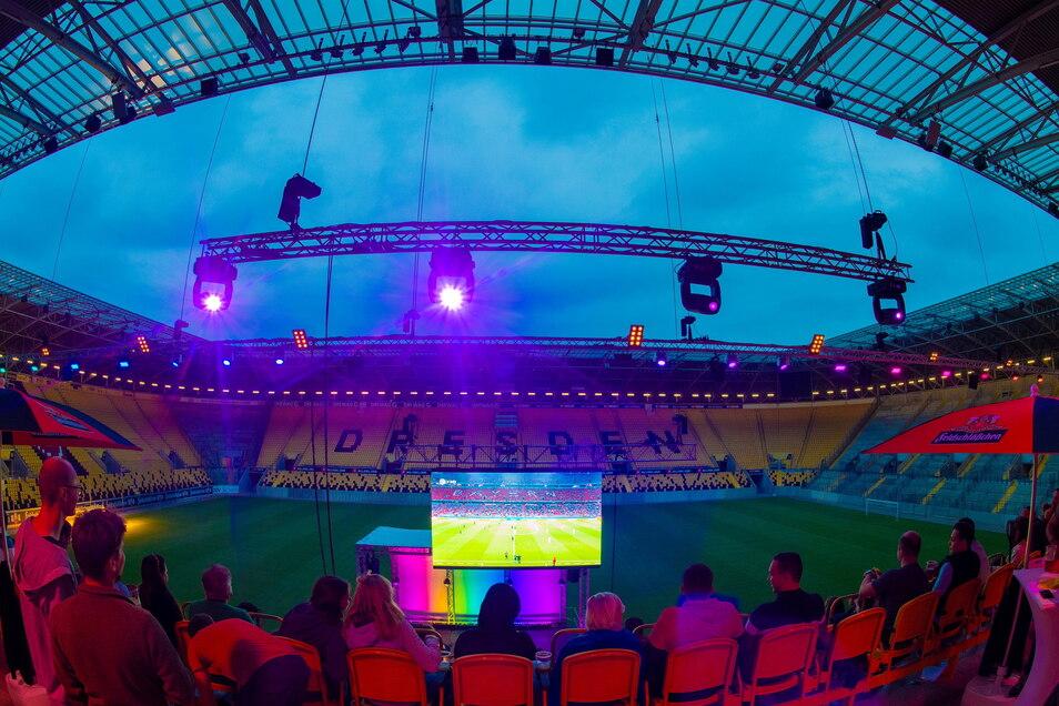 Das Rudolf-Harbig-Stadion in Dresden erstrahlt beim Public Viewing in Regenbogenfarben.