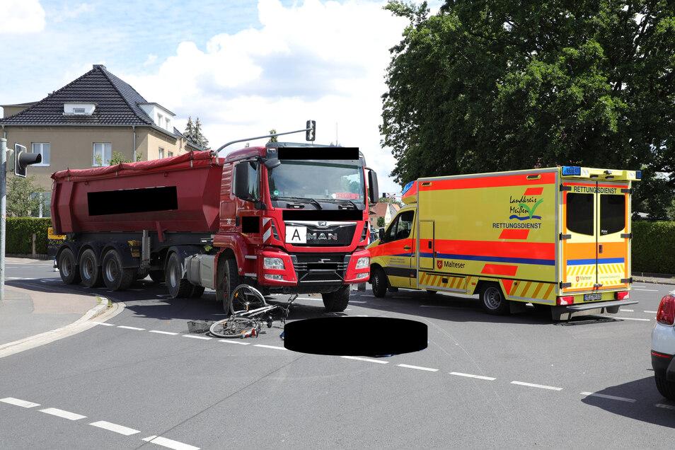 Die Fahrradfahrerin starb noch an der Unfallstelle. Der Fahrer des Lkw wird medizinisch betreut.
