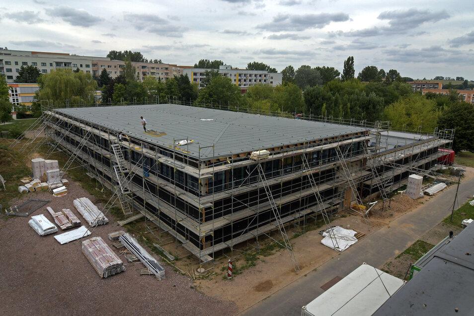 An der neuen Sporthalle in Döbeln Nord laufen die Arbeiten an der Fassade.