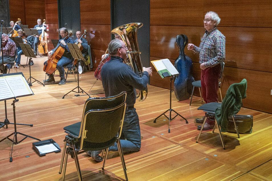 Tom Pauls (r:) gibt wieder die Rentnerin Ilse Bähnert, Jörg Wachsmuth spielt die Tuba.