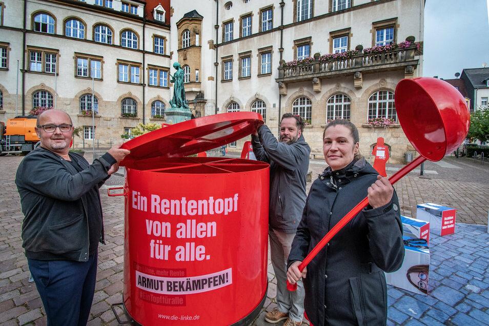 Kati Voigt, Mirko Schäffner und Marko Forberger (von rechts) von den sächsischen Linken haben mit den Döbelnern über die Rentenpolitik diskutiert.
