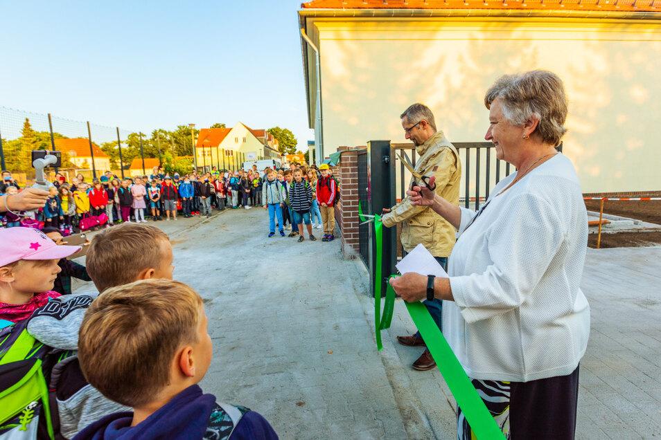 Am Montag, dem 6. September, kurz nach 7 Uhr wurde das symbolische Band zur Eröffnung der Grundschule Am Markt Laubusch von Schulleiterin und Bürgermeister durchtrennt.