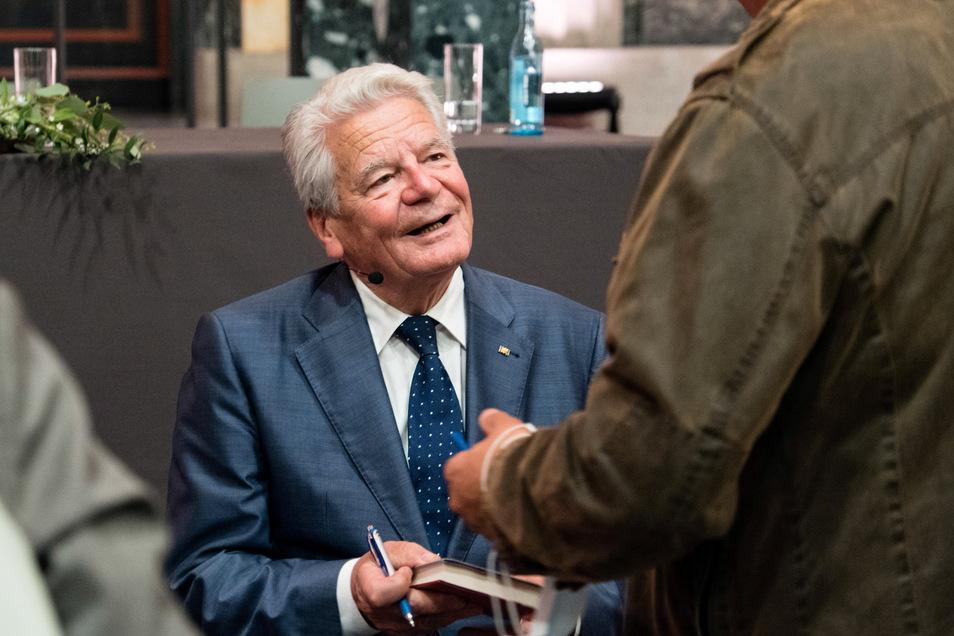 Nach seiner Lesung signierte Joachim Gauck vielen Besuchern die erworbenen Bücher.