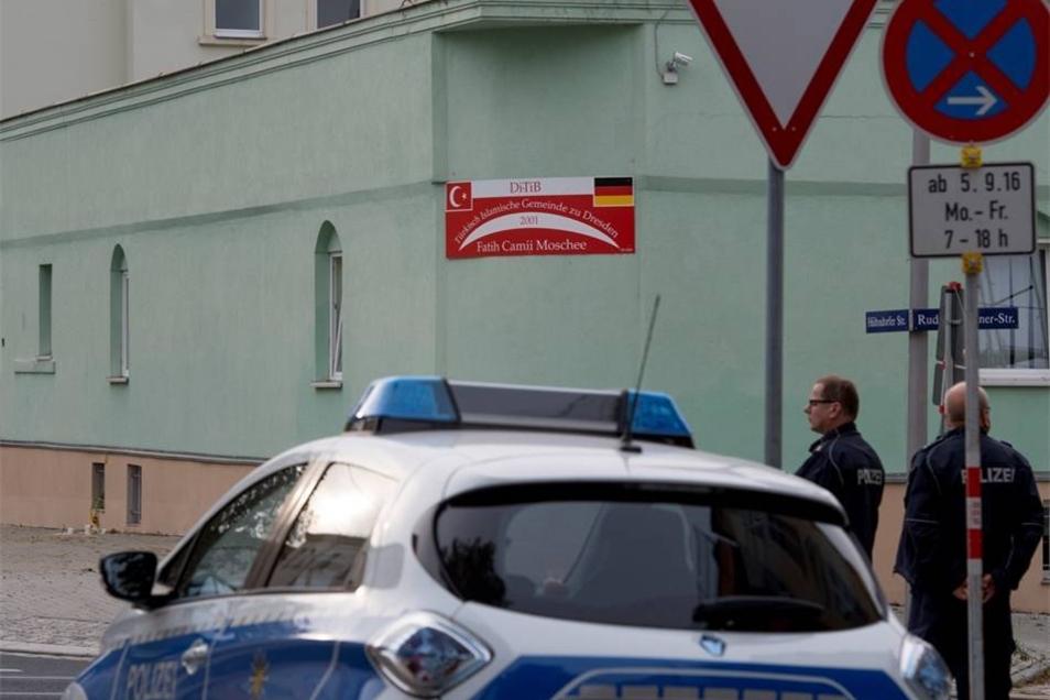 Polizeischutz für die Bewohner der Moschee.