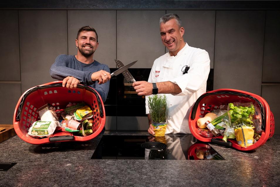 So viel darf schon verraten werden: Der Ex-Profi-Torwart Benny Kirsten (l.) bereitet beim Wettkochen herzhafte Eierkuchen zu. Das zu wissen, macht es dem Küchen-Profi Gerd Kastenmeier aber nicht einfacher.