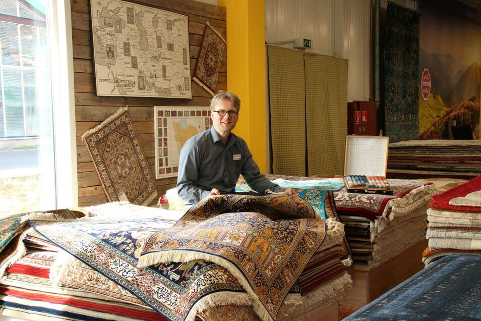 Teppiche werden traditionell eher in kälteren Monaten gekauft. In dieser Zeit musste das Meißner Einrichtungshaus Teppich Schmidt jedoch schließen. Deshalb veranstaltet Chef Holger Schmidt jetzt einen Abverkauf mit satten Nachlässen.