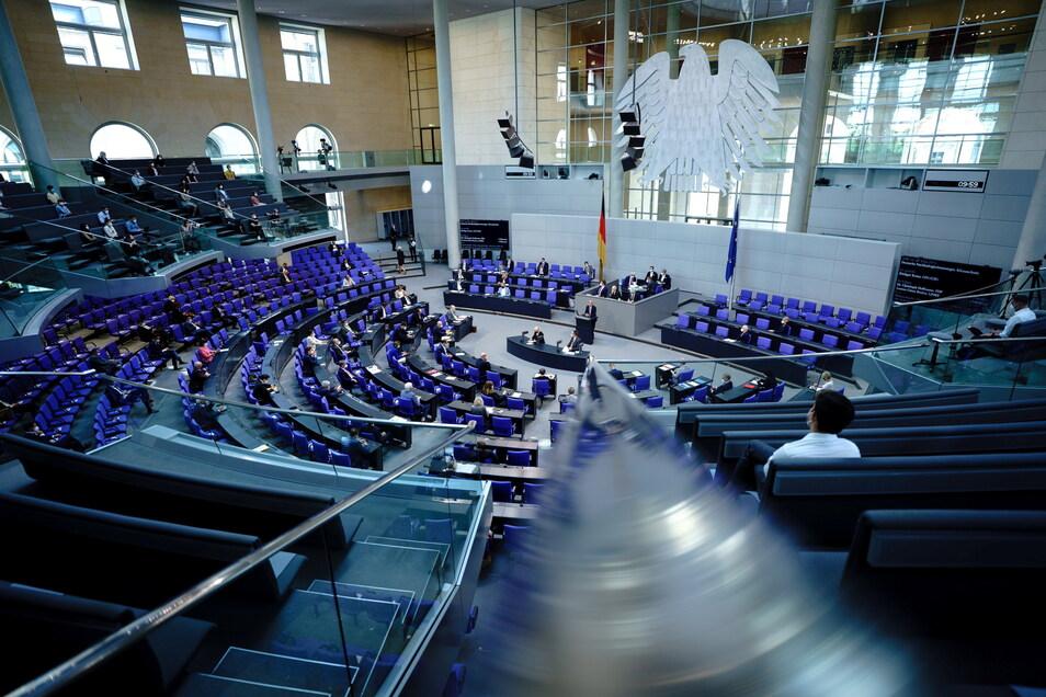 Blick in den Plenarsaal während einer Sitzung des Bundestags in Berlin.