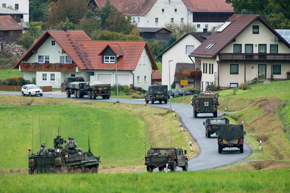 Militärfahrzeuge der US-Armee fahren durch den bayerischen Ort Kleinfalz nahe dem Truppenübungsplatz Grafenwöhr.