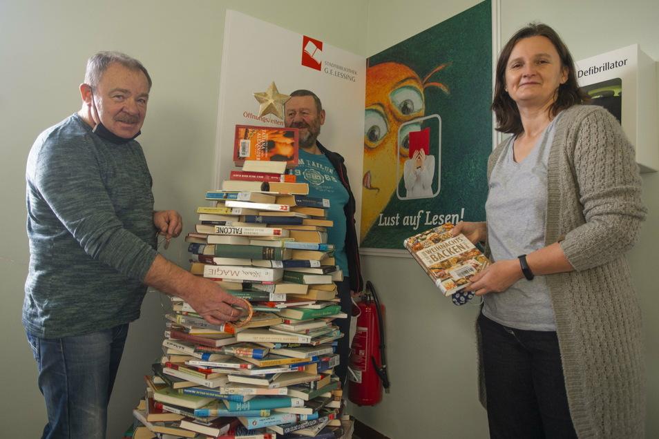 Lutz Kernchen, Gunter Kosche und Almut Dietze (v.l.) sind die Bücherretter von Kamenz. Für die Bibliothek bauten sie zur Adventszeit einen Bücher-Weihnachtsbaum. Aber auch Stühle und Tische gehören zum Angebot.