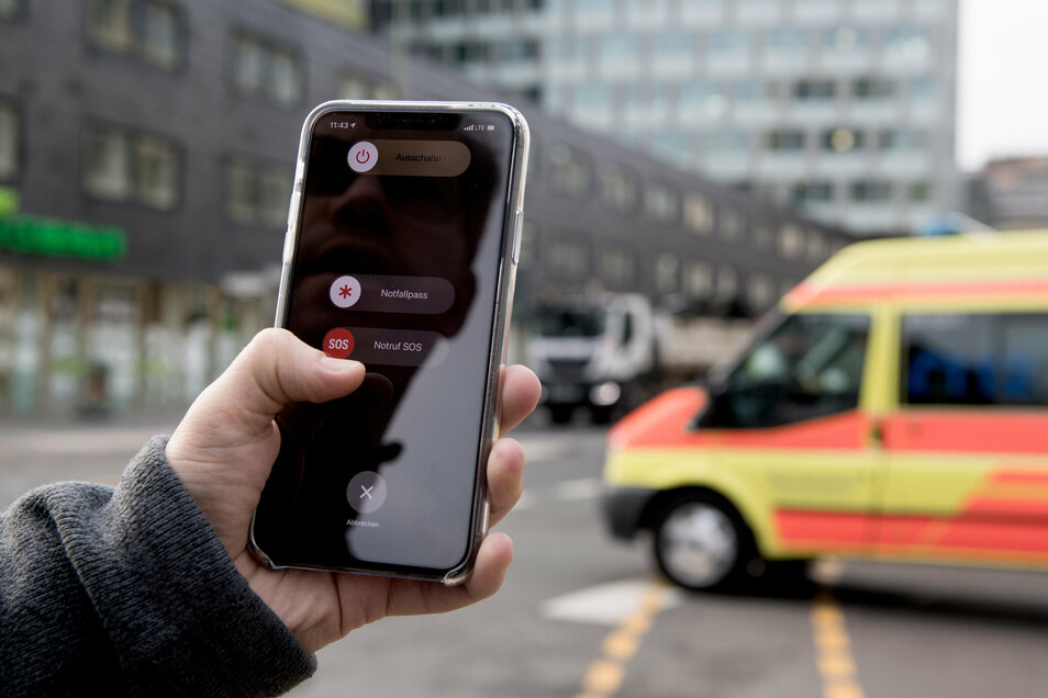 Nach einem Unfall kommt es vor allem auf Schnelligkeit an. Das Handy kann dann gleich mehrfach helfen.