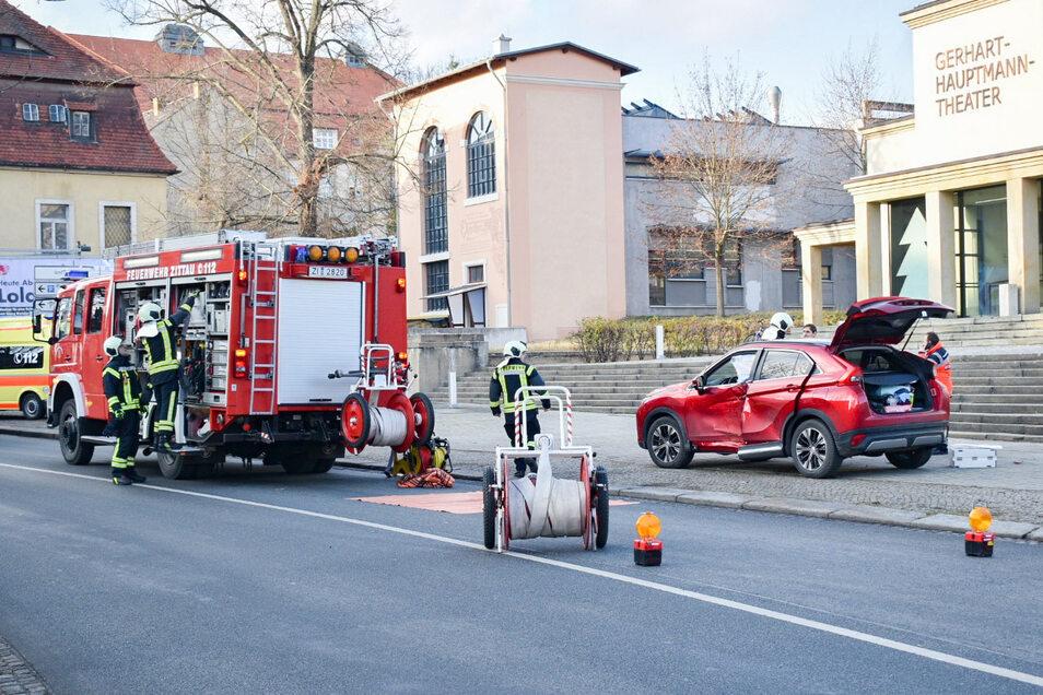 Nach einem Unfall auf der Ring-Kreuzung am Klienebergerplatz in Zittau fuhr das rote Auto noch bis zum Theater, wo die Feuerwehr die beiden Insassen befreien musste.