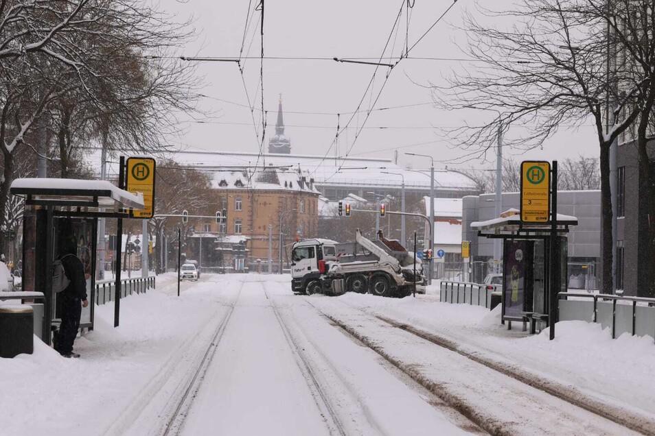 Ein festgefahrener LKW blockiert am Montagmorgen die Haltestelle der Linie 3 an der Lößnitzstraße nahe dem Bahnhof Neustadt.