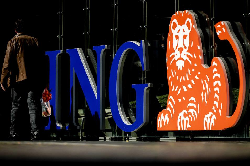 Das Logo der ING Bank steht vor der Firmenzentrale.