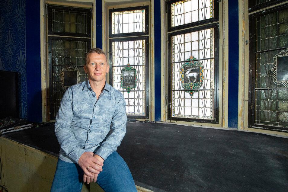 Bei Umbaumaßnahmen im Parkhotel Dresden konnte eine Glasfront mit mehreren historischen Motiven freigelegt werden, die Eigentümer Jend Hewald jetzt in Szene setzen will.