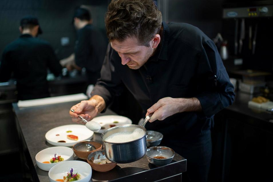 """Der französische Küchenchef Alexandre Mazzia bereitet ein Gericht in der Küche seines Restaurants """"AM"""" zu. Der Gastronomieführer Guide Michelin hat das """"AM"""" mit einem dritten Stern ausgezeichnet."""