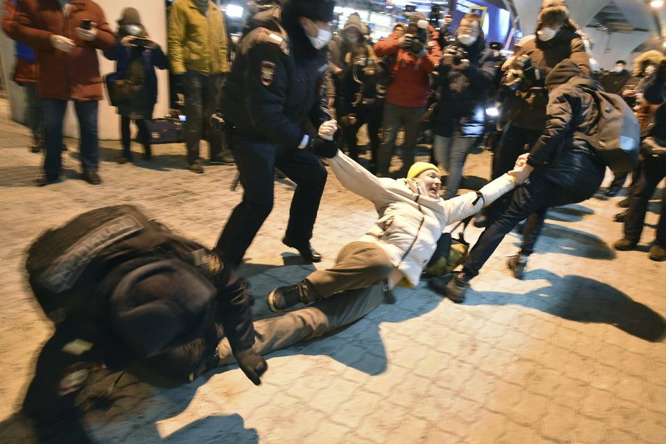 Bereits im Vorfeld wurden Unterstützer des Oppositionellen am Flughafen Moskau verhaftet.